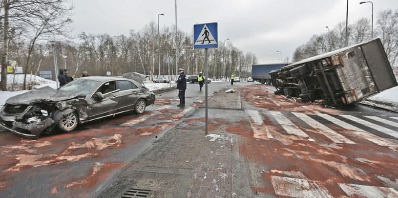 """Nowogrod Bobrzanski. Wypadek drogowy na tzw. """"trasie śmierci"""" /Fot. Piotr Jedzura /Reporter"""