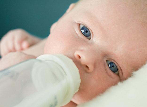 Noworodek, a także niemowlę do 3. miesiąca życia, powinny być karmione w nocy co najmniej raz, nawet jeśli same nie domagają się butelki. /©123RF/PICSEL