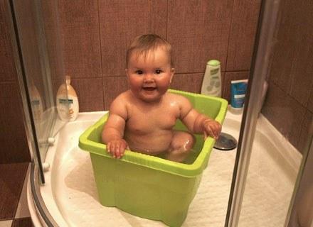 Noworodki zazwyczaj lubią mycie główki, pod warunkiem że podczas rozbierania i całej kąpieli jest ci /ThetaXstock