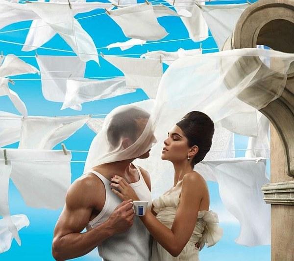 projekt kalendarza nadzorował Mark Seliger, który wykonał niesamowite, barwne fotografie pełne romantyzmu i namiętności. Na zdjęciach widzimy piękne pary uchwycone w intymnych momentach. Bohaterom kalendarza na każdym kroku towarzyszy filiżanka kawy Lavazzy