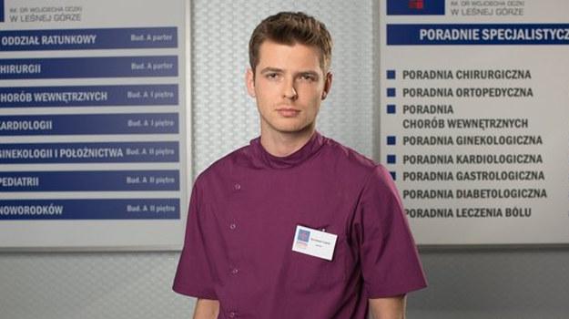 Nowy bohater Szczepan od razu zwróci uwagę na doktor Woźnicką! /www.nadobre.tvp.pl/