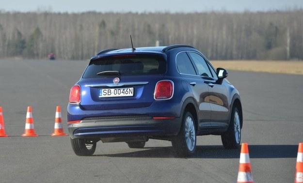 Nowy crossover Fiata prowadzi się bardzo pewnie. Przechyły nadwozia są niewielkie, a przy gwałtownych manewrach tylne koła tylko delikatnie zbaczają z kursu. /Motor
