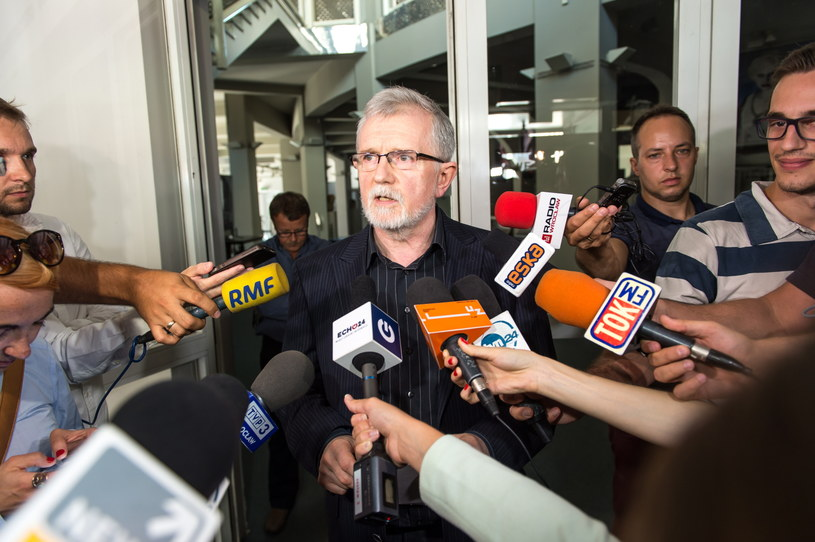 Nowy dyrektor Cezary Morawski (C) rozmawia z mediami przed wejściem do Teatru Polskiego /Maciej Kulczyński /PAP