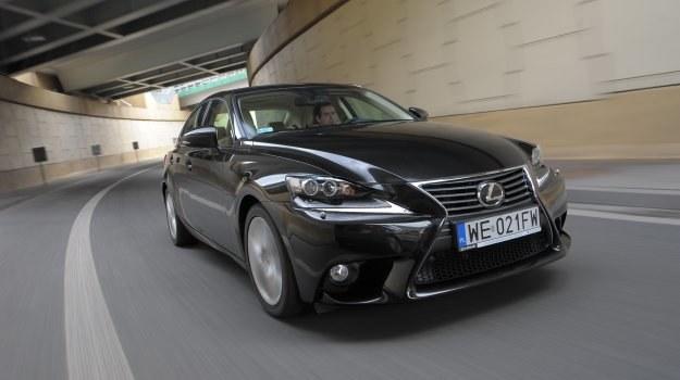 Nowy Lexus IS rysunkiem osłony chłodnicy nawiązuje do większych modeli japońskiej marki. /Motor