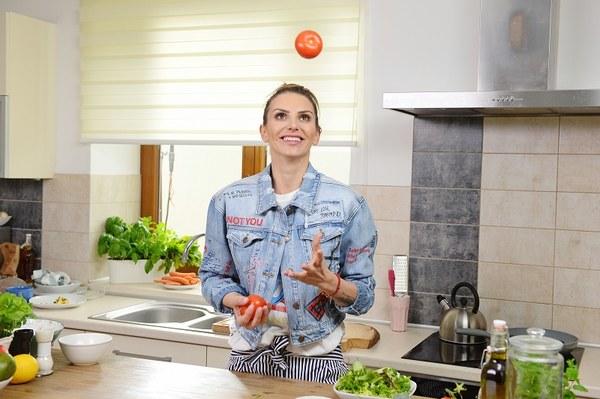 """Programy kulinarne od  wielu sezonów stanowią nieodłączny element  ramówek  stacji telewizyjnych. Ich prowadzący w błyskawicznym tempie stają się  osobami rozpoznawalnymi, autorytetami i ekspertami, a widzowie  zyskują  wiedzę i świadomość, jak jeść  zdrowo, smacznie, różnorodnie i ekonomicznie. Monika Goździalska  zaczynała swoją przygodę  z mediami od udziału w programie Masterchef na antenie TVN,  potem wielokrotnie demonstrowała swoje pomysły i umiejętności kulinarne w śniadaniówce DDTVN.  Tworzyła też  media od innej strony, bo przez kilka lat była prezesem wydawnictwa Extra Media , a ostatnio dyrektorem zarządzającym TOTV.  Po krótkiej przerwie, spowodowanej porządkowaniem spraw rodzinnych , zdrowotnych i pisaniem książki kucharskiej powraca  na wizję  z autorskim programem """"Kulinarny zawrót głowy"""",  w którym podzieli się  z widzami łatwymi, prostymi w przygotowaniu  i  wymagającymi mało czasu pomysłami na zdrowe  posiłki, tak istotne dla naszego prawidłowego funkcjonowania w  zabieganej codzienności.  Różnorodność tematów, przedstawionych przez autorkę i prowadzącą w jednej osobie naprawdę może przyprawić o zawrót głowy, a już na pewno warto z nich skorzystać  w  naszej domowej kuchni. Program  emitowany będzie  w TVP, codziennie w porannym paśmie  """"Dzień Dobry  Polsko"""" od 9 maja 2017, co da szansę widzom na smaczny początek dnia. Seria liczy 27 odcinków."""