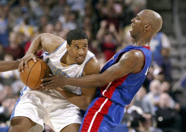 Nuggets - Pistons 98:87. Andre Miller kontra Chauncey Billups /AFP