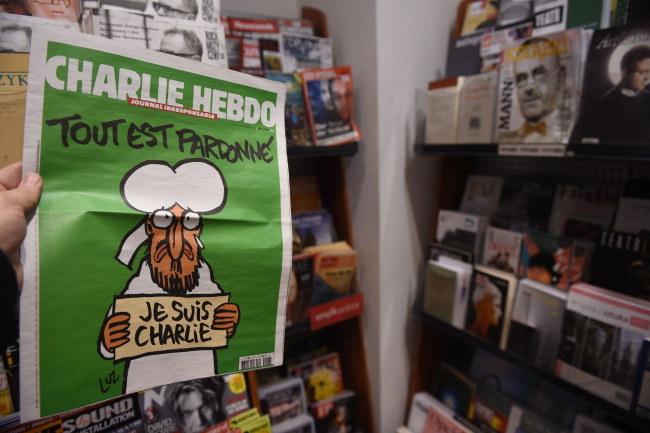 """Numer """"Charlie Hebdo"""" przygotowany po zamachu na redakcję /PAP/Radek Pietruszka    /PAP"""