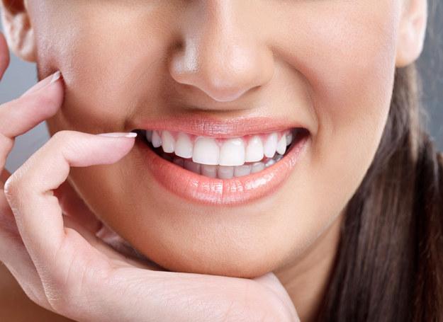 O piękny uśmiech możesz zadbać domowymi sposobami /123RF/PICSEL