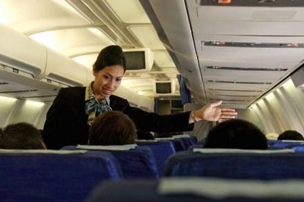 O pracy stewardesy marzy wielu /AFP