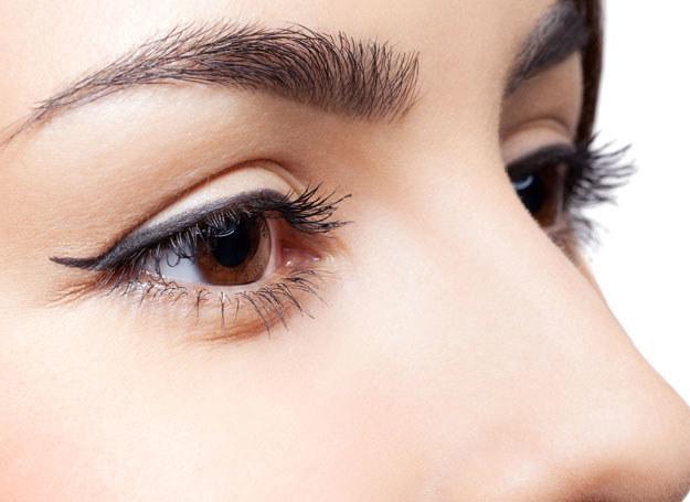 O skórę wokół oczu trzeba szczególnie dbać /123RF/PICSEL