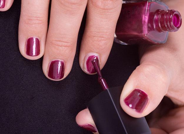 O tej porze roku paznokcie często mają bardzo przesuszone płytki, rozdwajają się i łamią /© Panthermedia