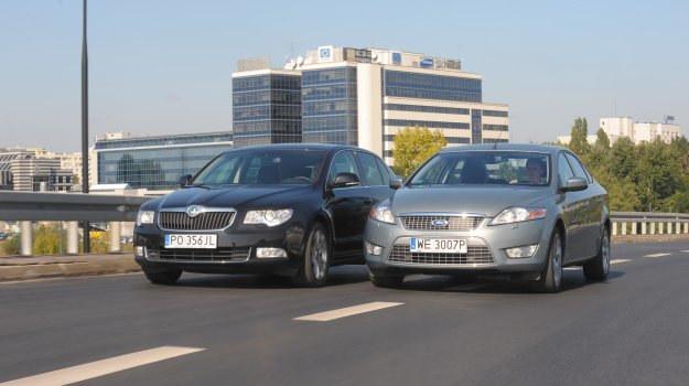 Oba modele idealnie nadają się dla czteroosobowej rodziny. Ford lepiej się prowadzi, a Skoda ma bardziej elegancką linię nadwozia. Wbrew pozorom Ford ma bardziej obszerne wnętrze. /Motor
