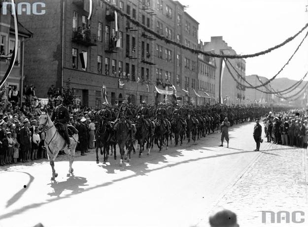 Obchody Święta Morza w Gdyni. Kawalerzyści z 18 Pułku Ułanów Pomorskich podczas defilady /Z archiwum Narodowego Archiwum Cyfrowego