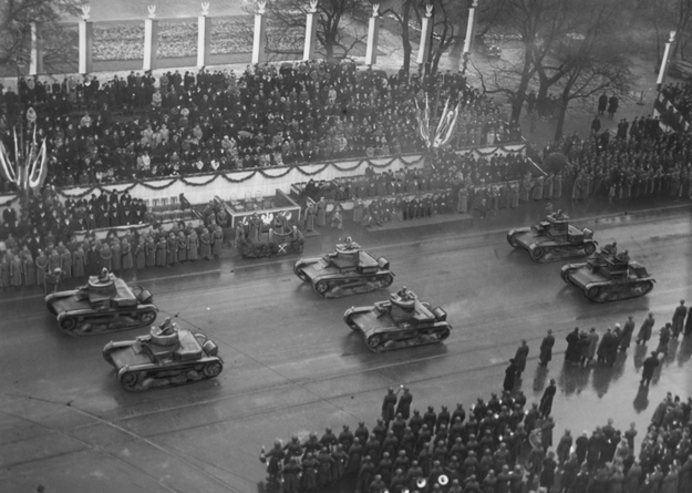 Obchody Święta Niepodległości w Warszawie w 1937 roku. Przejazd czołgów jedno i dwuwieżowych przed trybuną honorową /Z archiwum Narodowego Archiwum Cyfrowego