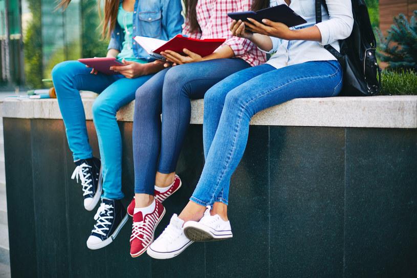 Obcisłe jeansy są modne, ale nie są obojętne dla naszego zdrowia /123RF/PICSEL