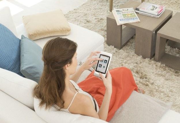 Obecnie coraz częściej sterowanie, nadzorowanie i inicjowanie zdarzeń w inteligentnych domach przejmują smartfony i tablety wyposażone w aplikacje /materiały prasowe