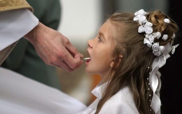 Obecnie dzieci przyjmują komunię po raz pierwszy zazwyczaj w II klasie, fot. P. Pokrycki /Reporter