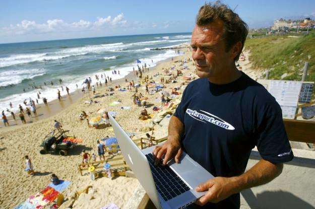 """Obecnie już nie korzysta się z kabli - internet bierzemy """"z powietrza""""... /AFP"""