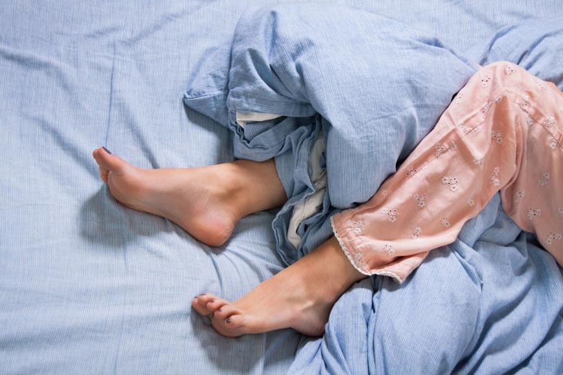 Obecnie uważa się, że przyczyną perimenopauzalnych kłopotów ze snem jest reakcja podwzgórza i przysadki mózgowej na obniżenie ilości estrogenów w organizmie /123RF/PICSEL