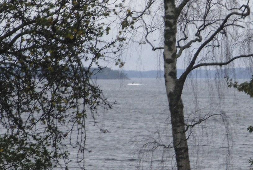 Obiekt wynurzający się z wody - szwedzkie wojsko pokazało zdjęcie świadczące o obcej aktywności podwodnej /PAP/EPA