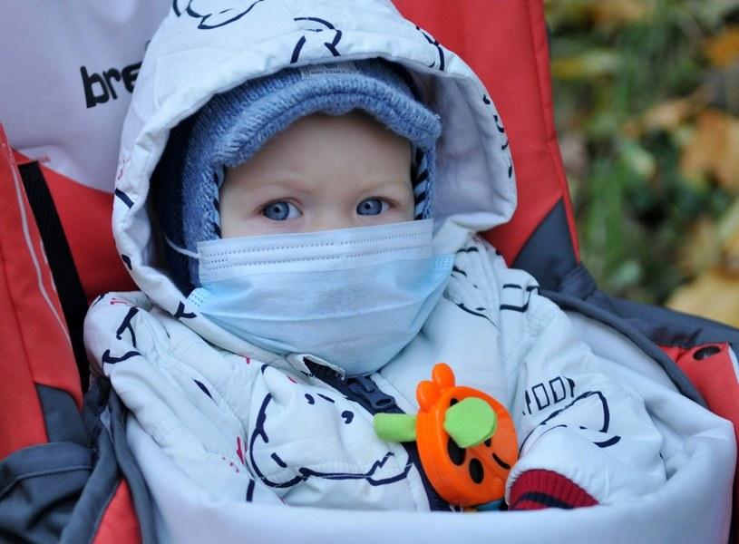 Objawy grypy pojawiają się nagle. Najczęściej pojawia się wysoka gorączka, ból gardła, głowy i mięśni, a także dreszcze, jadłowstręt, silne uczucie zmęczenia i rozbicia /YURIY DYACHISHIN /East News