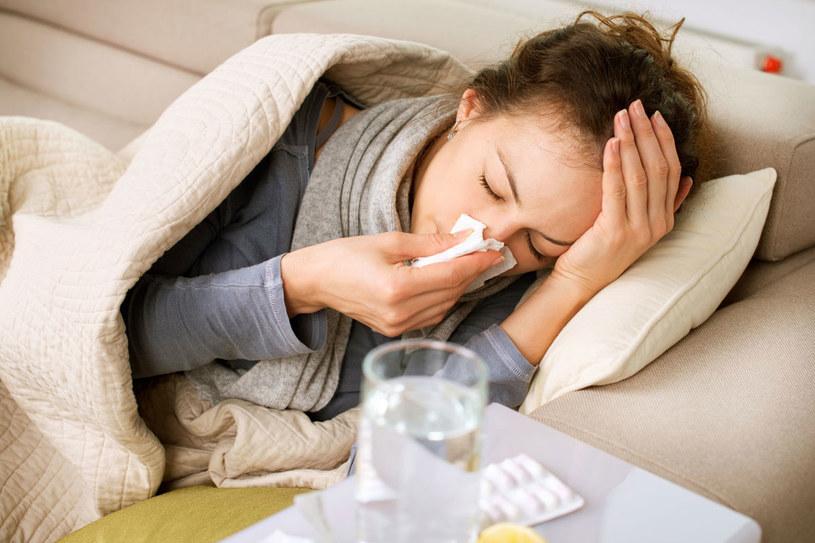 Objawy grypy to wysoka gorączka o nagłym początku, bóle głowy, mięśni i stawów. Kaszel jest zwykle suchy, a katar skąpy /123RF/PICSEL
