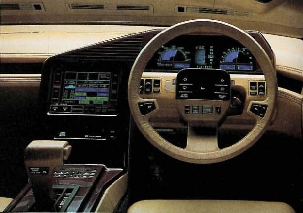 Obok elektronicznej tablicy wskaźników znajduje się ekran systemu nawigacji satelitarnej. /Nissan