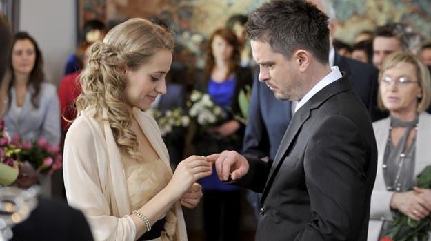 Obrączki już na palcach, ale do ślubu jednak nie dojdzie /AKPA