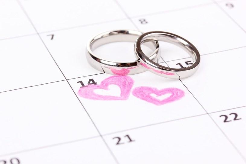Obrączki warto kupić około osiem miesięcy przed datą ślubu /123RF/PICSEL