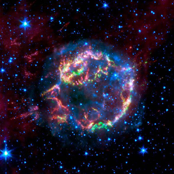 Obraz mgławicy Kasjopea A zebrany przez Spitzer Space Telescope w zakresie promieniowania o długości fali 3,6 mikrona (niebieskie), 4,5 mikrona (zielone) i 8,0 mikrona (czerwone) /NASA/JPL-Caltech/L. Rudnick (University of Minnesota) /Materiały prasowe