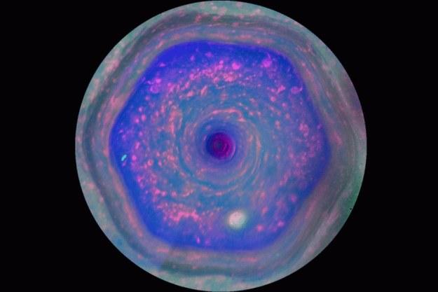 Obraz sześciokąta wokół bieguna północnego Saturna /NASA