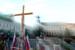 Obrońcy krzyża trwają przed Pałacem