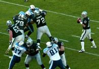 Obrońcy pilnują quarterbacka /Chris Reiko
