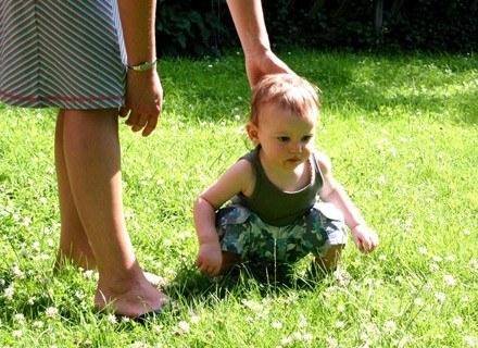 Obserwowanie dziecka, które podejmuje samodzielne próby chodzenia, jest ekscytującym przeżyciem /© Panthermedia