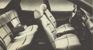 Obszerne wnętrze i wygodne fotele sugerują znamiona luksusu. I tak jest istotnie. /Motor
