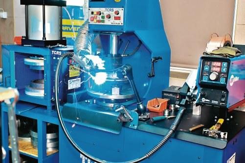 Obudowę łączy się za pomocą automatycznej spawarki. Po spawaniu badane jest bicie osiowe i promieniowe. /Motor