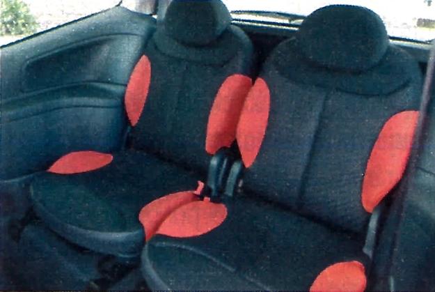 Obydwa tylne fotele można regulować wzdłużnie i niezależnie pochylać ich oparcia. Dzięki temu można albo uzyskać przestrzeń na sporej wielkości bagaż, albo zwiększyć miejsce na nogi pasażerów siedzących z tyłu. /Motor