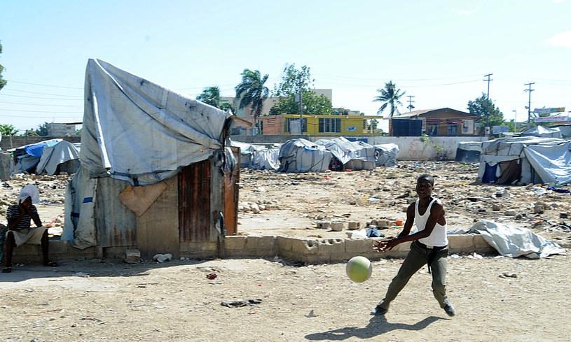Ocaleni z trzęsienia ziemi na Haiti w 2010 roku wciąż mieszkają w namiotach /THONY BELIZAIRE /AFP