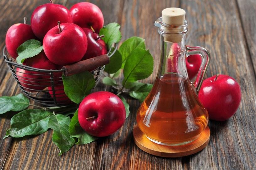 """Ocet jabłkowy ma właściwości przeciwdrobnoustrojowe, które sprawiają, że nasz przewód pokarmowy jest lepszym """"domem"""" dla dobrych bakterii /123RF/PICSEL"""