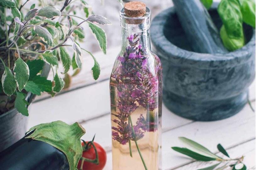 Ocet możesz aromatyzować za pomocą ziół /©123RF/PICSEL