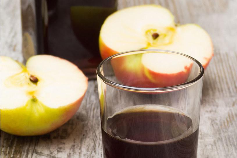 Ocet rozcieńczamy w przegotowanej wodzie i używamy do codziennych posiłków zamiast herbaty /123RF/PICSEL