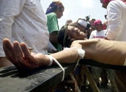 Ochotnicy cierpią męki na krzyżu /AFP
