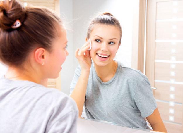 Oczyszanie sprawia, że skóra lepiej przyjmuje składniki nawilżające z kremu /©123RF/PICSEL