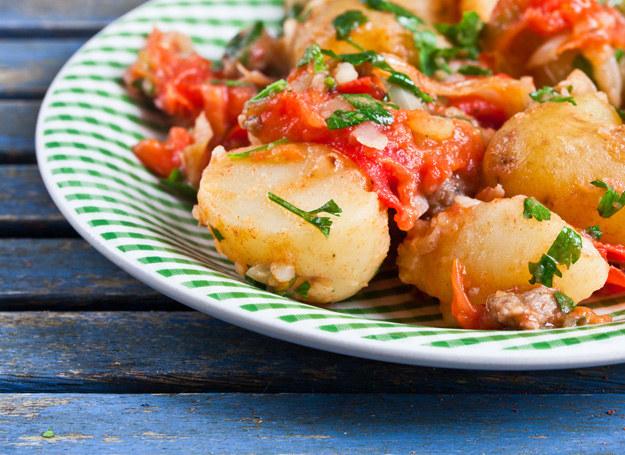 Oczywiście do zapiekanki możesz dodać swoje ulubione warzywa np. pomidory /123RF/PICSEL