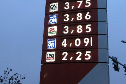 Od 1 stycznia 2010 r. czeka nas podwyżka opłaty paliwowej /