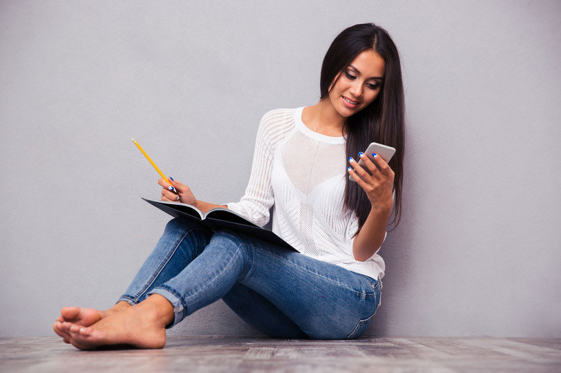 Od 1 stycznia 2018 roku klienci T‑Mobile, Heyah i tuBiedronka będą mogli korzystać z większych bezpłatnych pakietów danych w roamingu /123RF/PICSEL