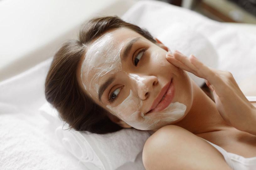 Od czasu do czasu zafunduj swojej twarzy głęboka i troskliwą pielęgnację /©123RF/PICSEL