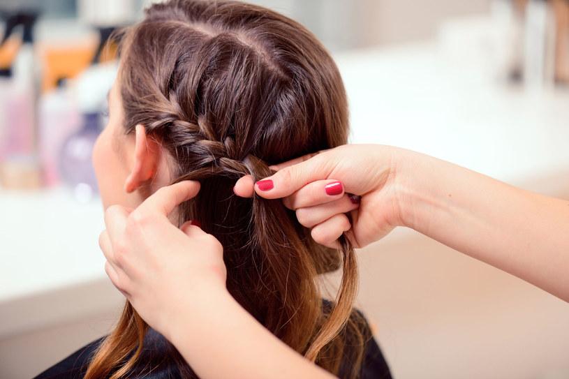 Od kilku sezonów panuje słuszny trend na nonszalancję - również we fryzjerstwie /©123RF/PICSEL