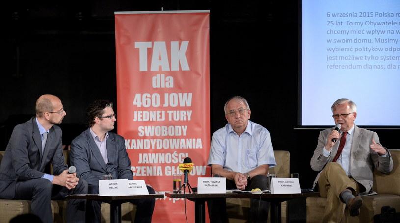 Od lewej: Artur Heliak, Patryk Hałaczkiewicz, prof. Tomasz Kaźmierski, prof. Antoni Kamiński podczas spotkania prasowego Ruchu na rzecz JOW /Marcin Obara /PAP