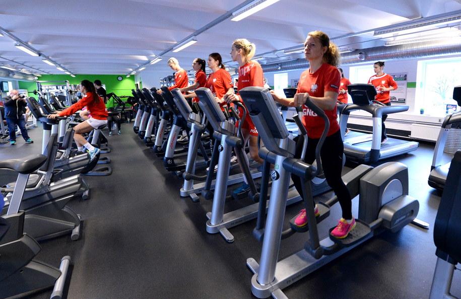 Od lewej: Monika Stachowska, Anna Wysokińska, Aleksandra Zych i Karolina Zalewska podczas treningu na siłowni /Marcin Bielecki /PAP